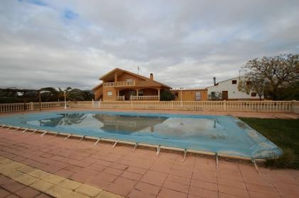 3-4 houses in Yecla Murcia, perfect for a business