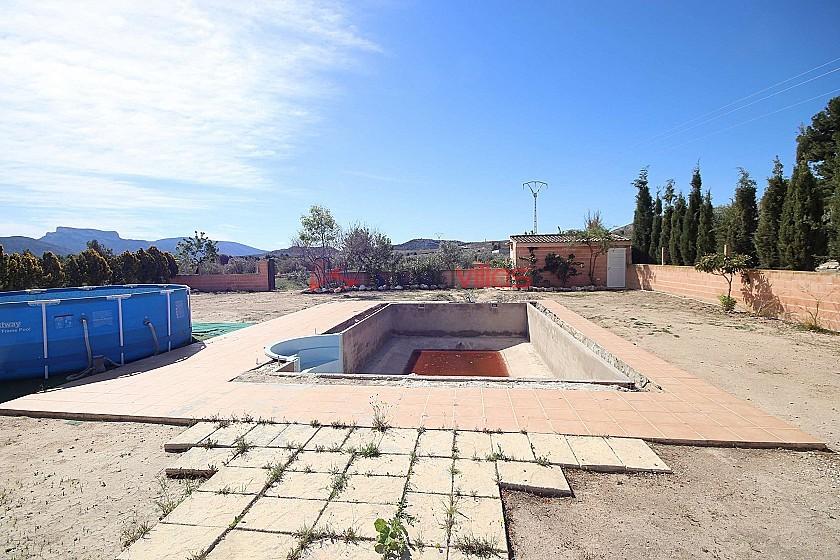 Detached Country House with stables and unfinished pool, between Sax and Elda in Inland Villas Spain