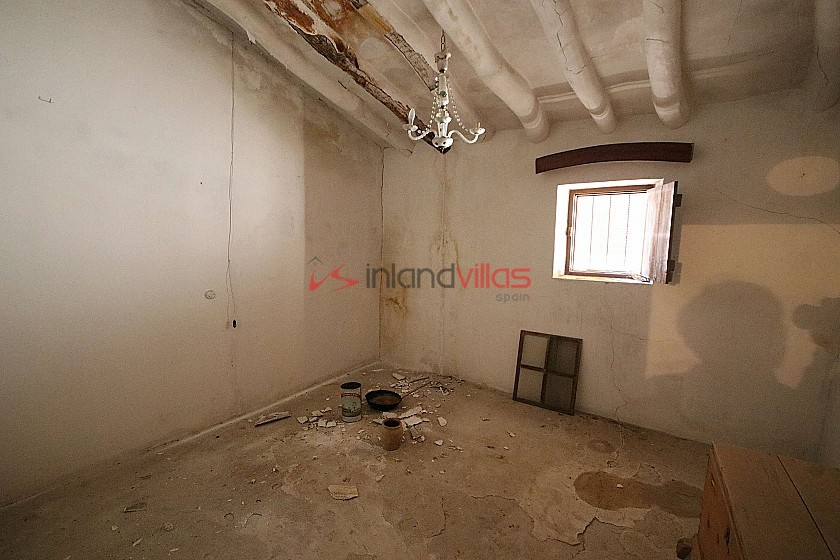 Town House with potential for a business or family home in Monovar in Inland Villas Spain