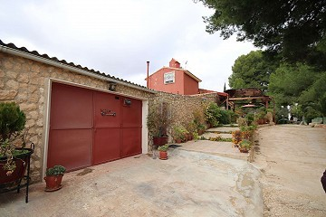 Detached Country House with a covered pool near Yecla