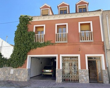 Large Townhouse in with private pool in Caudete