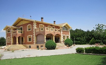 6 Bed Mansion 3km from Yecla