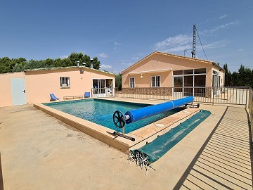3 Bed Villa with pool summer kitchen and carport